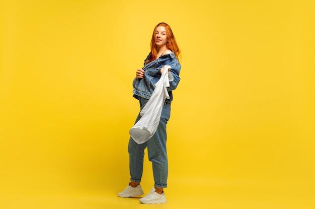 Sneller wassen, als het maar één shirt is. blanke vrouw portret op gele ruimte