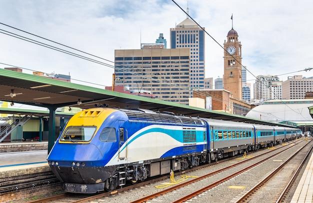 Sneltrein naar canberra op het centraal station van sydney