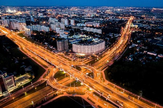 Snelweg bij schemering in moderne stad. verkeersknooppunt in de stad.