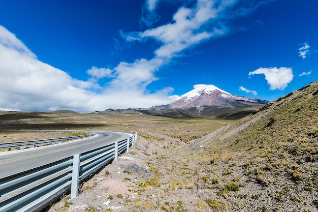 Snelweg dichtbij de vulkaan chimborazo in ecuador