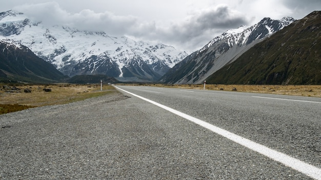 Snelweg die door de alpenvallei loopt, gemaakt in aoraki mt cook nationaal park, nieuw-zeeland