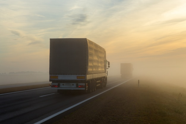 Snelweg en een auto in mist