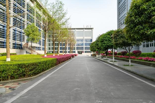 Snelweg en stedelijke gebouwen in chongqing, china