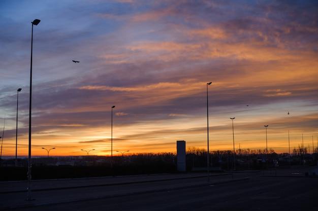 Snelweg in de rode zonsondergang