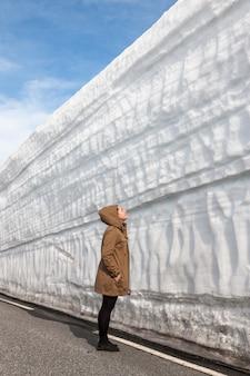 Snelweg langs de sneeuw muur. noorwegen in het voorjaar