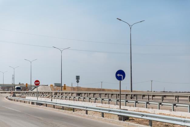 Snelweg met verkeersborden is verboden en sla linksaf