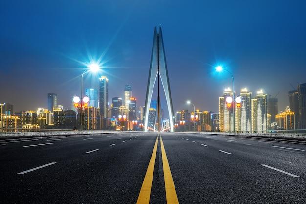 Snelweg op yangtze-rivierbrug en het moderne landschap van de stad in chongqing, china