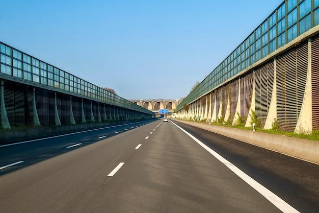 Snelweg snelweg snelweg in duitsland met hoge muren aan de zijkanten