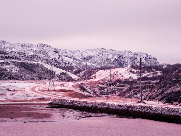 Snelweg tussen de arctische heuvels. noordelijke winterweg, draai de weg op