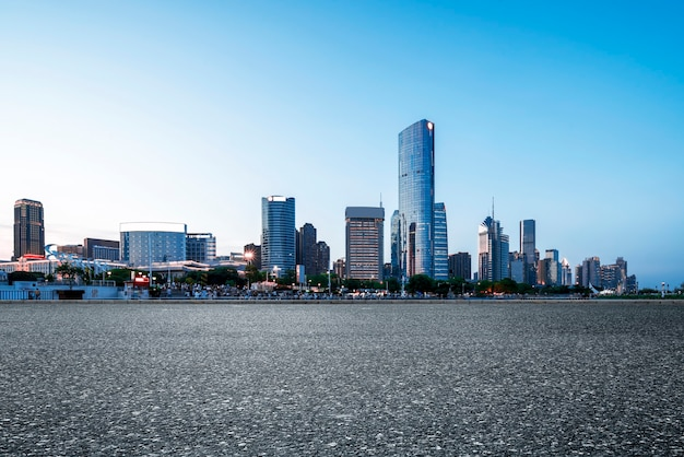 Snelweg voor de skyline van de stad, nanchang, china.