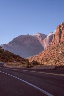 Snelweg weg in het midden van een natuurlijke canyon in coconino county, arizona