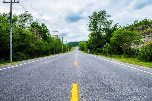 Snelweg weg natuurlijke omgeving op het platteland