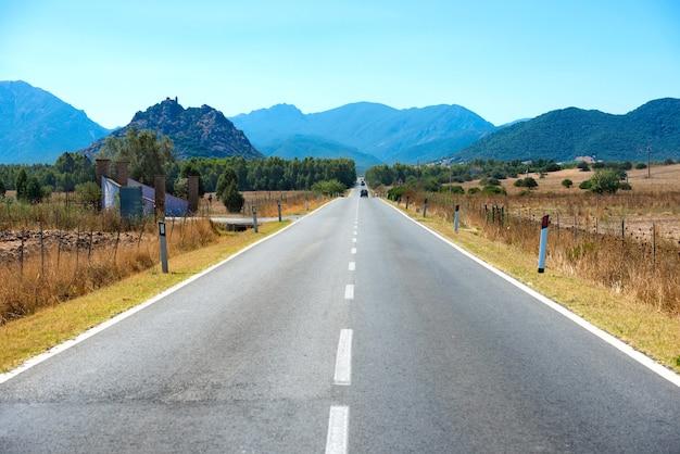 Snelweg weg. reislandschap met bergen aan de horizon