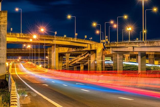 Snelwegbrug en verkeer 's nachts
