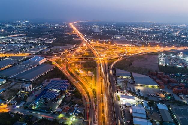 Snelwegen en snelwegen 's nachts en schemering in de stad.