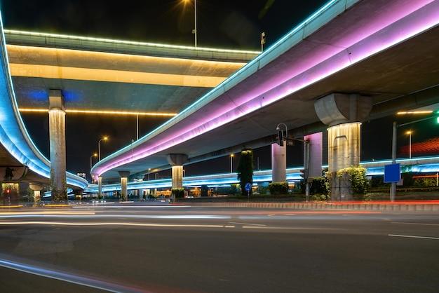 Snelwegen en viaducten 's nachts