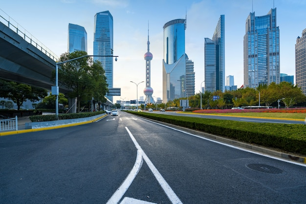 Snelwegen en wolkenkrabbers in het financiële centrum van lujiazui, shanghai, china