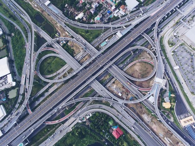 Snelwegknooppunt vanuit luchtfoto