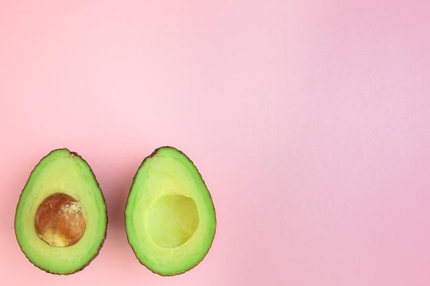 Snij avocado in roze