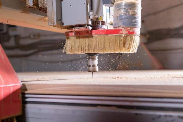 Snij-instrument bij de meubelproductie