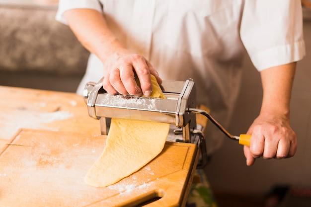 Snij persoon die pasta maakt
