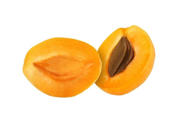 Snijd abrikozenvruchten op witte achtergrond, met het knippen van weg worden geïsoleerd die