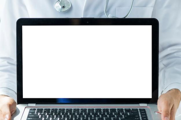 Snijd arts die moderne laptop toont