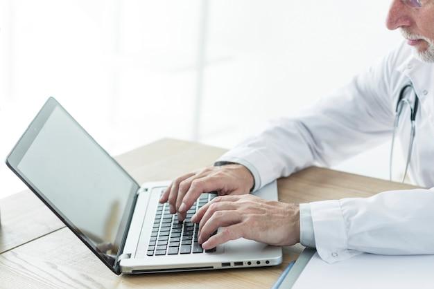 Snijd arts met behulp van laptop