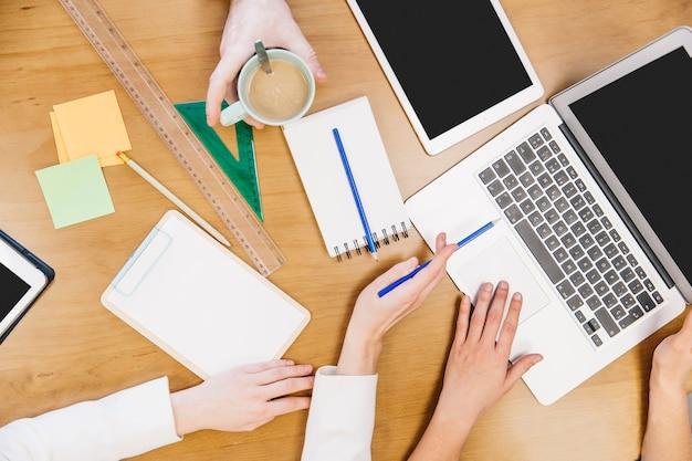 Snijd collega's bij elkaar die samen laptop doorbladeren