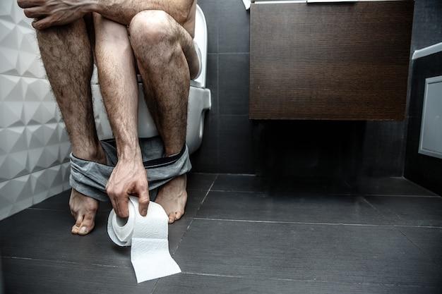 Snijd de bleke benen van de man