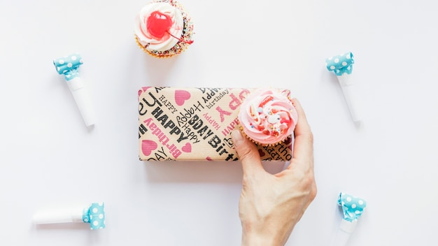 Snijd de hand met muffin over het heden
