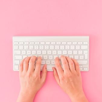 Snijd de handen in op het toetsenbord