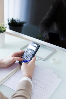 Snijd de handen met behulp van de calculator in de buurt van de monitor