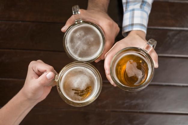 Snijd de handen met drank over de tafel