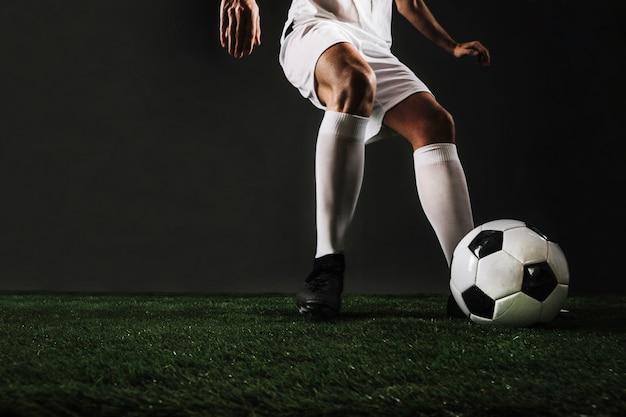 Snijd de man aan het rennen om de bal te trappen