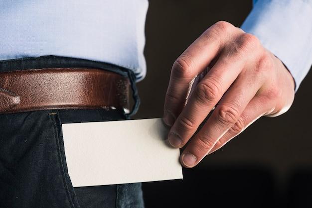 Snijd de mens die visitekaartje neemt