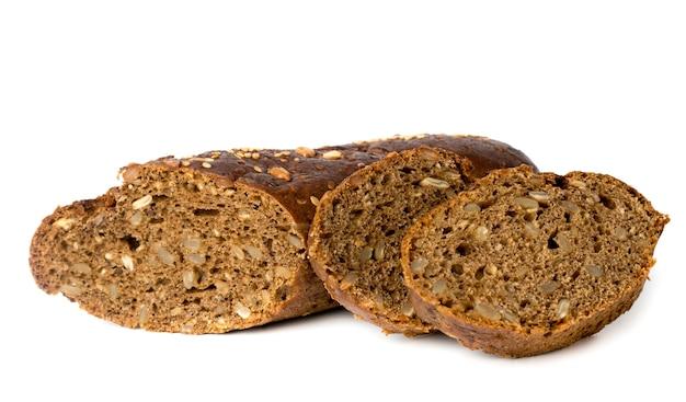 Snijd een zwart brood met zaden op wit, geïsoleerd.