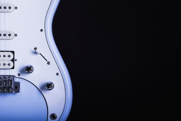 Snijd elektrische gitaar op zwart