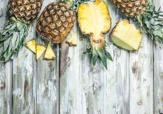 Snijd en geheel ananas geurig blad. op houten ondergrond