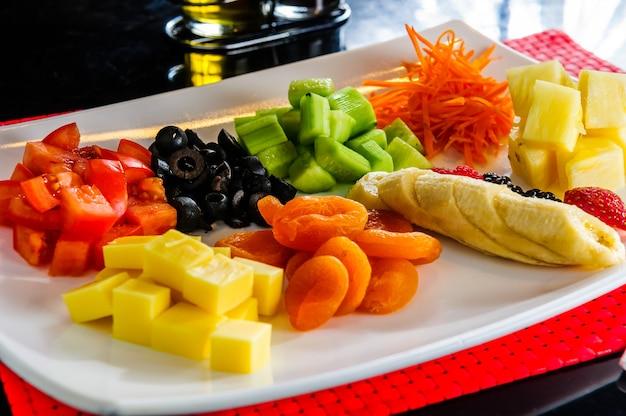 Snijd fruit- en groenteschotel.
