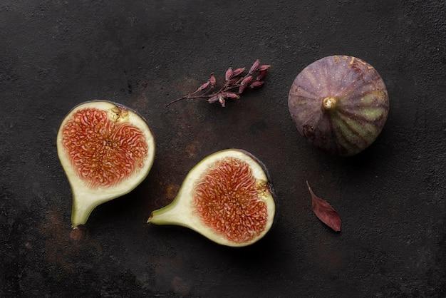 Snijd granaatappelfruit en bladeren