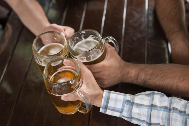 Snijd hand rammelende mokken over tafel