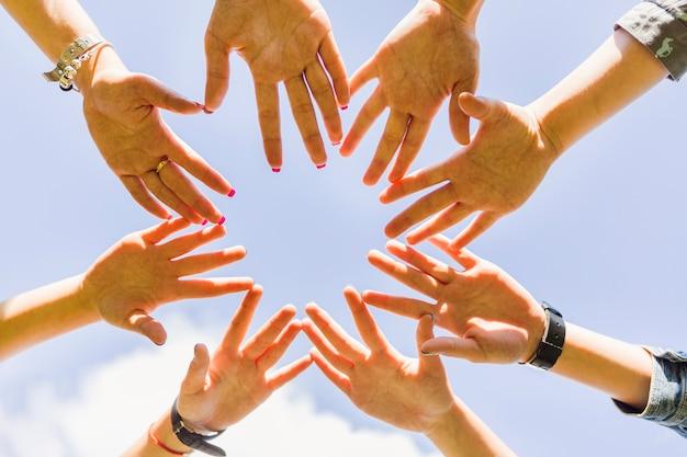 Snijd handen bij elkaar gestapeld in cirkel