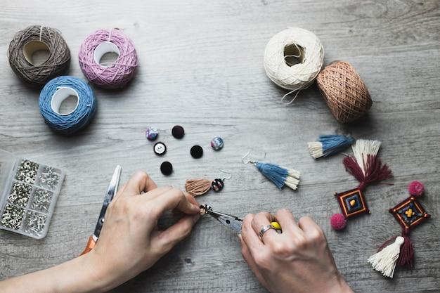 Snijd handen bij het maken van accessoires