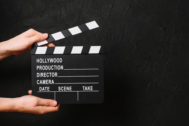 Snijd handen klappende lege filmklapper