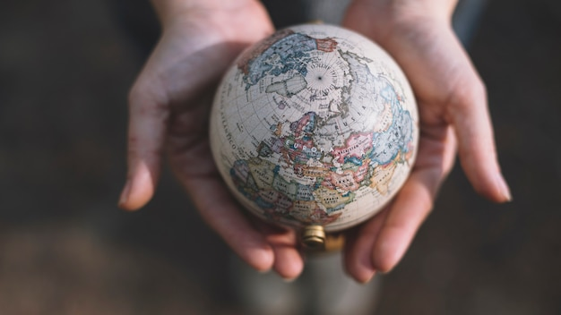 Snijd handen met globe