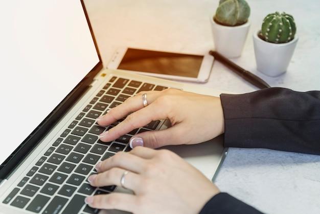 Snijd handen van persoon aan die bij laptop werkt