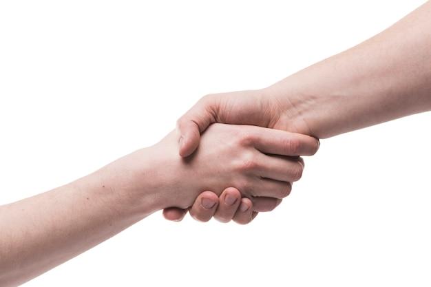 Snijd handen vast die op wit grijpen