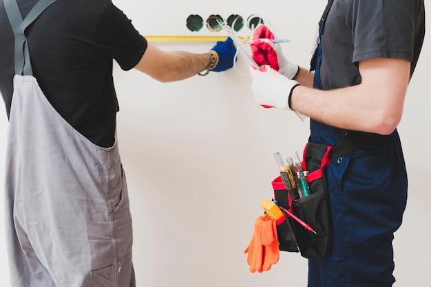 Snijd handwerkers die maatregelen nemen