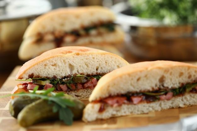Snijd heerlijke sandwich met ketchup tegen keuken